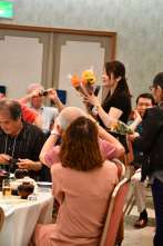 テーブルから花束が!30周年おめでとう